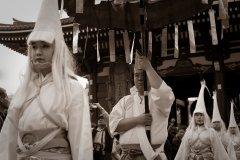 Porte-parasol accompagnant les danseurs de Héron Blanc